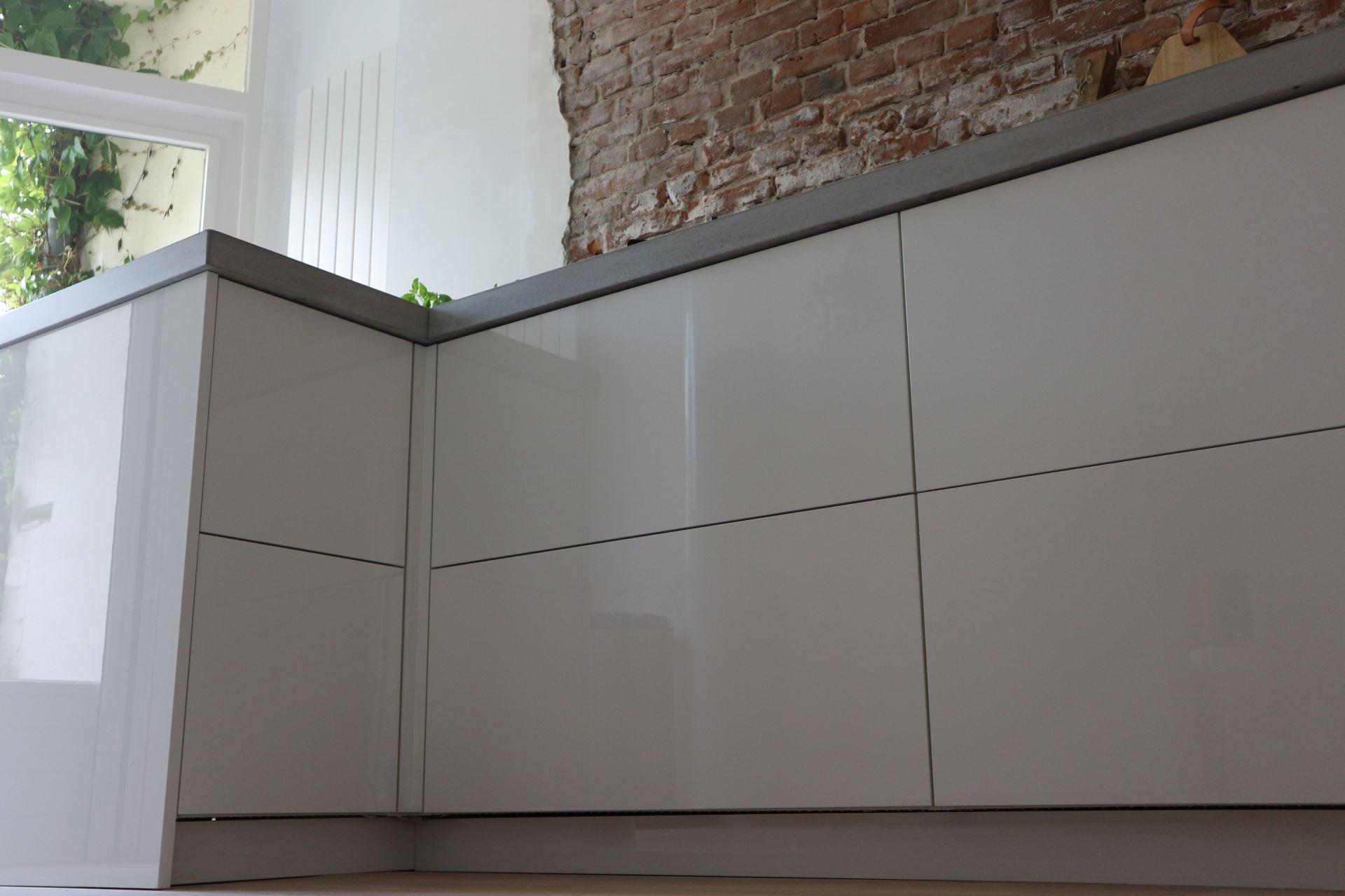 Hoogglans Witte Keuken : Maatwerk keuken hoogglans wit greeploos bmi ontwerp realisatie