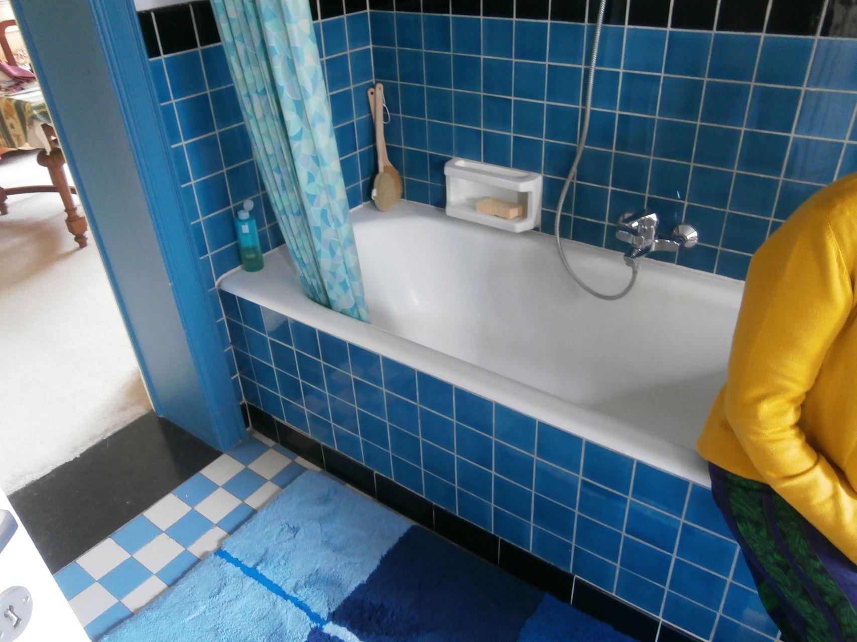 bad vervangen door een inloopdouche nieuw meubel geplaatst