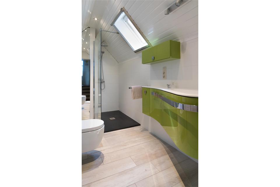 Witte Badkamer Opleuken ~ Plaatsen van inloopdouche, hangtoilet en badkamermeubelen te Brugge