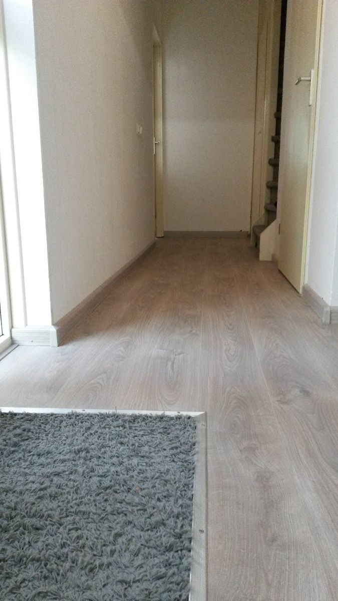 laminaat vloer leggen inclusief ondervloer en plinten en aluminium hoekprofiel kruipluik