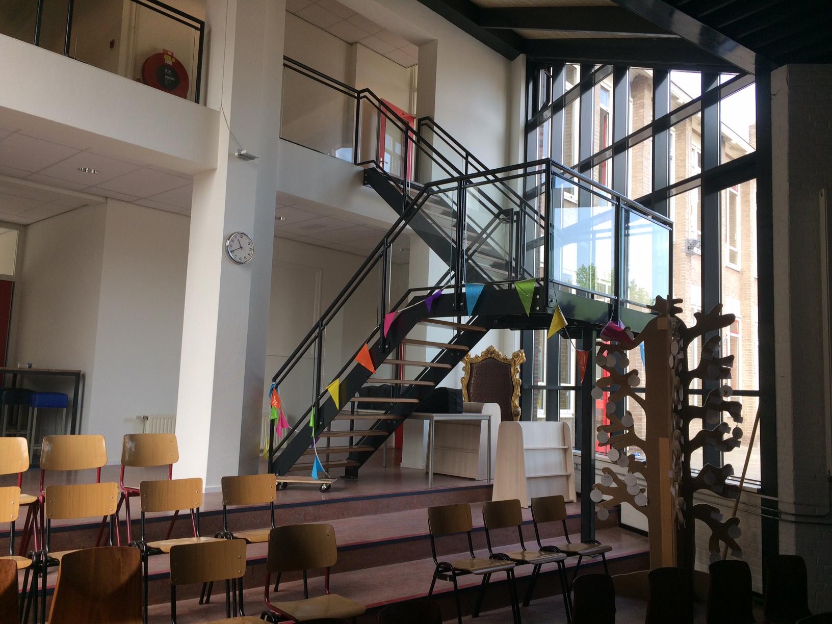 Verbouwing entree en nieuwe trap centrale hal Paulusschool Enschede