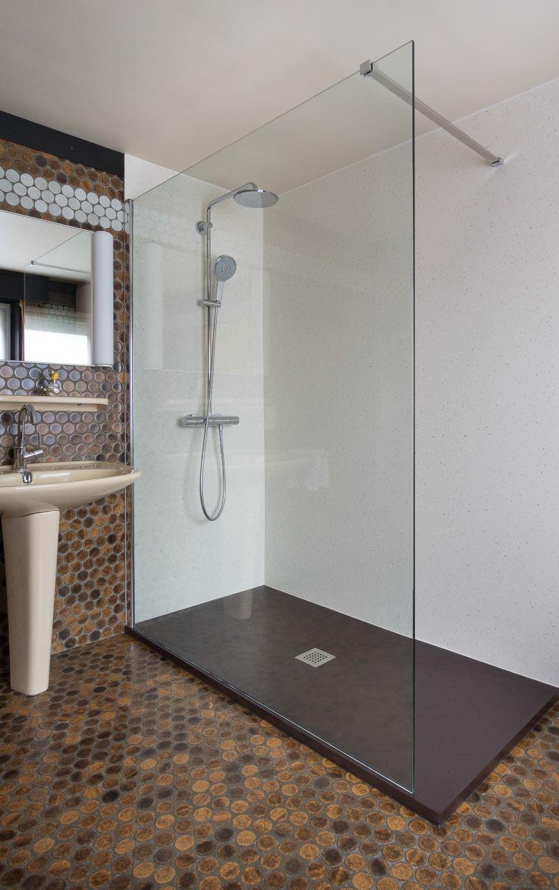 Inloopdouche en toilet plaatsen met naadloze wandpanelen | Bubbles ...