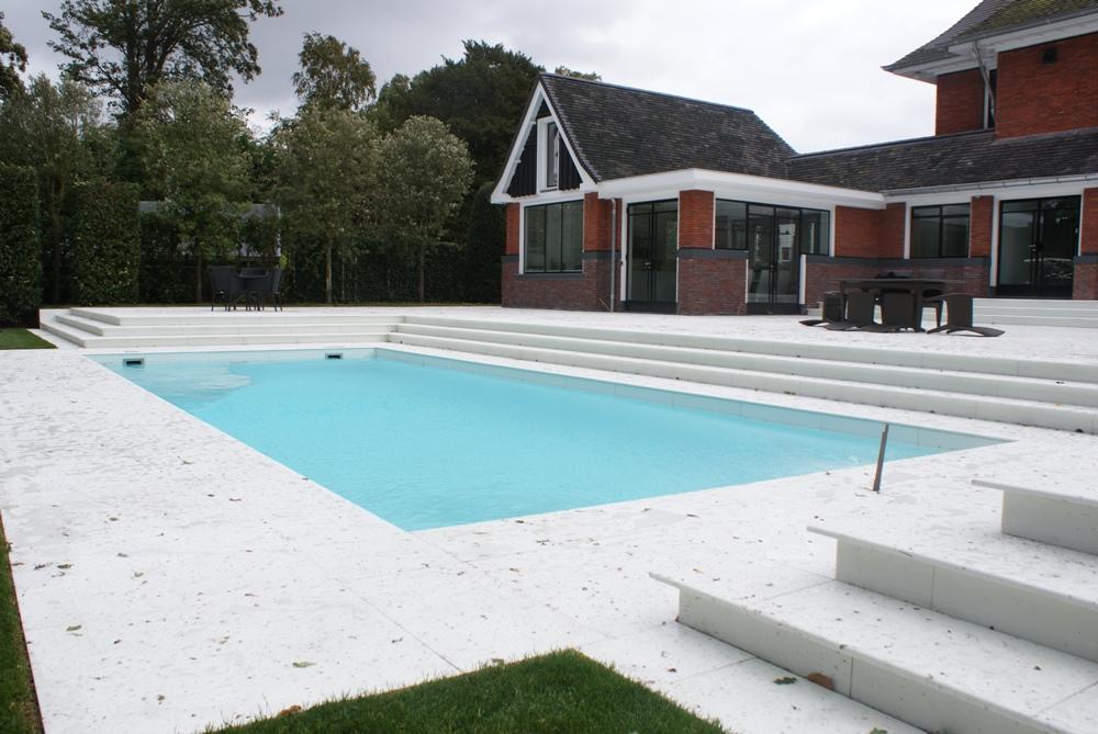 Zwembad en teras van witte marmoglas tegels