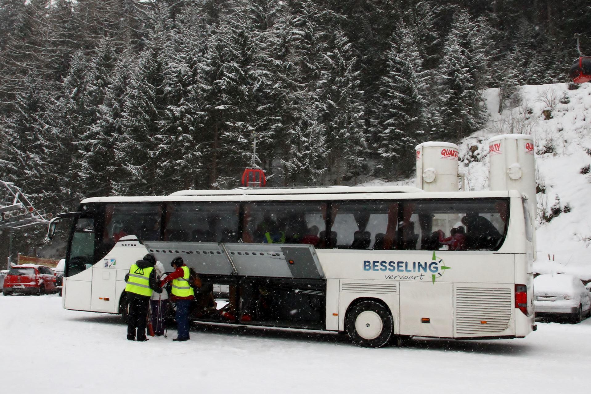 De reizen vinden plaats per bus. Deze bus staat de hele week ter beschikking